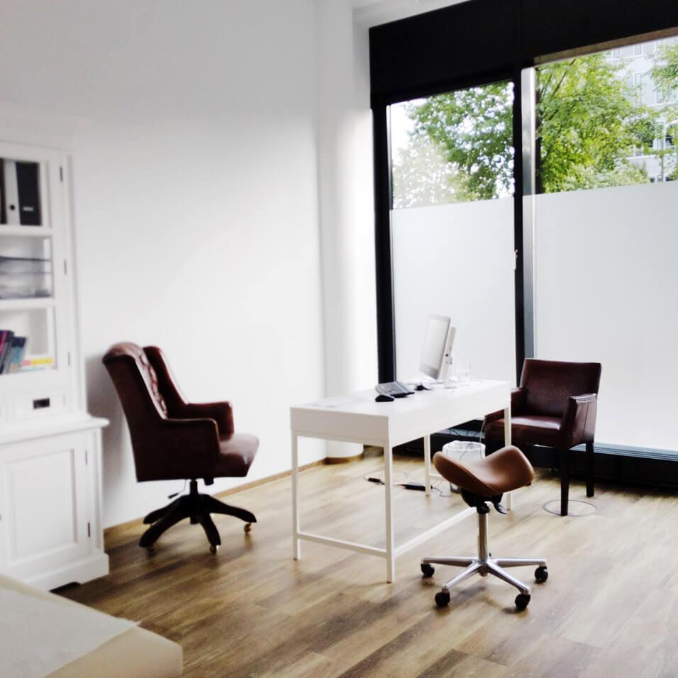 Düsseldorf Schmerztherapie Wirbelsäule Behandlungszimmer